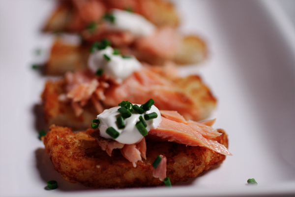 Post image for SUNDAY SUPPERS; CRISP POTATO BITES W/SMOKED SALMON, SOUR CREAM & CHIVES
